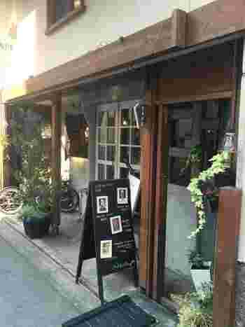 京都駅中央口から徒歩5分ほど。七条通の路地を入ったところにあるアンティークな雰囲気の隠れ家カフェ「CHA CHA(チャチャ)」。都会の喧騒を忘れてゆっくりできます。