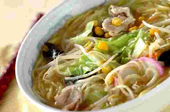 キャベツやにんじん、もやしなど、冷蔵庫にある野菜で作れる栄養たっぷりのちゃんぽん麺。こちらのレシピは市販の中華麺を使うので楽チン!の醤油ベースのあっさりとした味付けです。