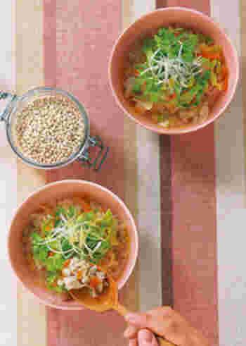 こちらはもち麦入りの具だくさんスープ。レンコンや豚肉などさまざまな食材を入れているので、それぞれの食感の違いが楽しめます。最後にオリーブオイルをまわしかけるのがポイント!