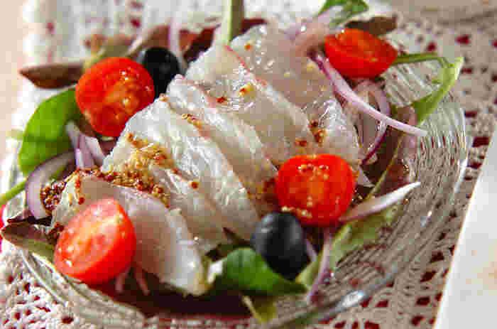 粒マスタードのドレッシングをアクセントにした、さっぱり風味の美味しい「カルパッチョ」。ベビーリーフと紫玉ねぎの上に鯛をのせて、プチトマトとブラックオリーブを散らし、ドレッシングをかけるだけでとても簡単に作れます。おしゃれで簡単なカルパッチョは、おもてなし料理やパーティーメニューにもぜひおすすめです。