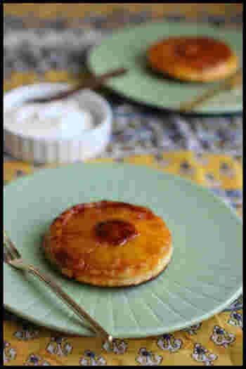 こちらは、パイナップルの輪切りの形を生かした、キュートなアップサイドダウンホットケーキ。食べやすいプチサイズは、おやつにもぴったりです。