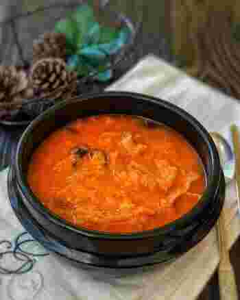 とろりとした口当たりのおからチゲ。おなかの底からヘルシーになれそうなスープですね。翌日になると、おからがスープを吸っているので、そのままご飯にかけて食べるのもおすすめ。
