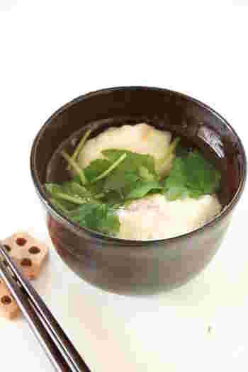梅肉入りとろろ団子のおつゆは、さっぱりしていて栄養もあるので暑い季節にもおすすめ。大和芋でなく長芋で作る場合には、片栗粉で固さを調節するのがポイントです。