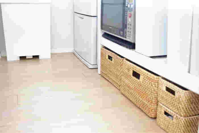 大きなキッチン用品や食品は、同一素材のカゴにまとめるとナチュラル感のあるカフェのような収納に。カゴを使うことで、デッドスペースも無駄なく収納に変えられます。