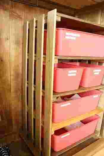 すのこを組み立てて、仕切り板とケースを使えば収納棚になるので、クローゼットの中をスッキリと収納できそうです。