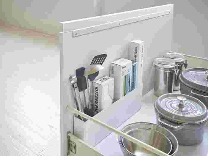 シンク下にある引き出しは、収納スペースが広くてもうまく活用できないとデッドスペースが生まれてしまいます。  小物入れなどを活用して空間を仕切ることで、キッチンツールを種類ごとに分けて収納できます。これで大きい引き出しのデッドスペースも有効活用!