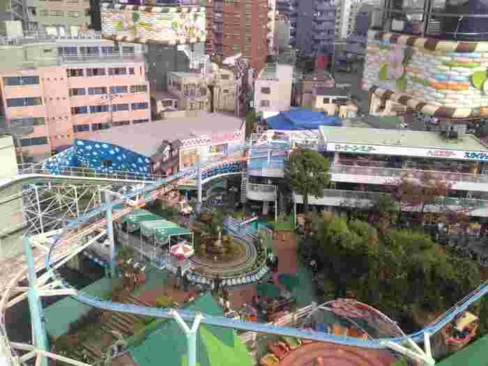 こじんまりとした敷地には、日本最古のジェットコースターをはじめ、メリーゴーラウンドやお化け屋敷など、どこか懐かしいアトラクションが並んでいます。遊園地は広すぎるからと敬遠している方も、ここなら大丈夫。