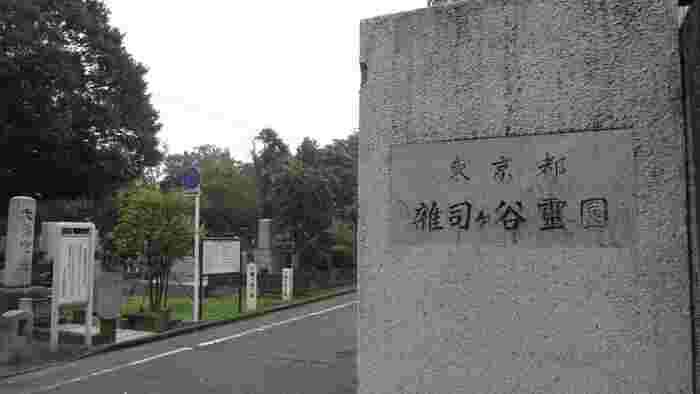 都営雑司ヶ谷霊園は、10万平米を誇る広さ。最近は、お墓参りにくる人も増えたそうで、管理事務所で偉人・文化人達のお墓Mapがもらえます。