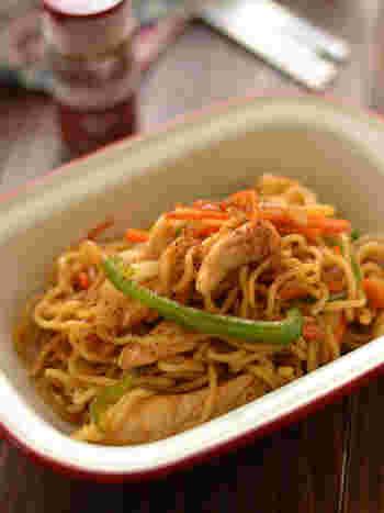 「炒麺(チョウメン)」とは、インドやネパールでポピュラーな焼きそば料理のこと。鶏肉や野菜と麺を炒めて、ガラムマサラなどで味つけすれば簡単にできあがります。ガラムマサラとは、インドで使われているミックススパイスのこと。調味料をガラムマサラに変えるだけで、アジア風のスパイシーな焼きそばが完成します。