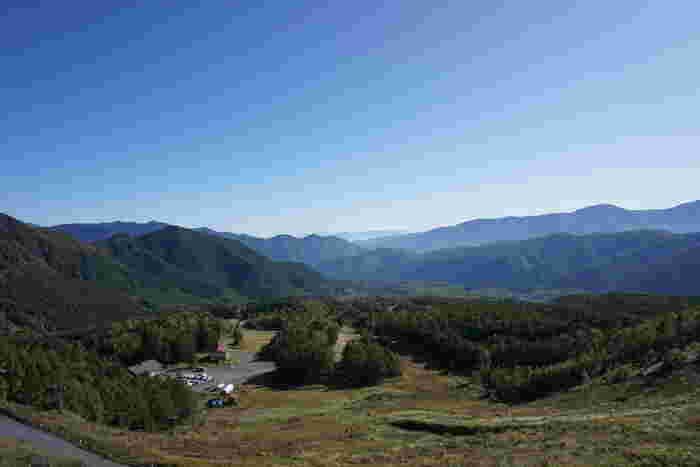 飛騨山脈の南東部に位置する乗鞍高原は、標高1100メートルから1800メートルに位置しており、中部山岳国立公園の一部に属しています。
