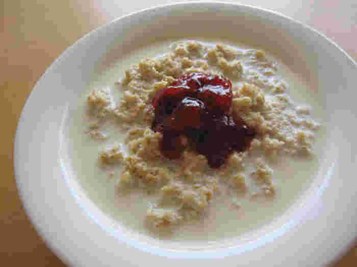 スウェーデンの定番朝ごはん。一般的なグロートは牛乳は入れずに水と塩のみで炊きます。しかし、このレシピのように牛乳と一緒に炊くともちもちとした食感に。お好みで砂糖やジャムを加えても美味しいですよ。