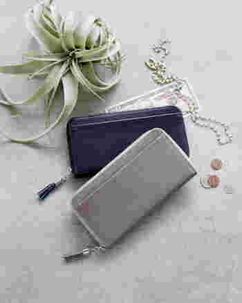 クラルテシリーズの「フリンジロングウォレット」。シンプルなデザインですが、コロコロとしたフリンジチャームが個性を演出してくれます。12枚ものカードが一目でぱっと見渡せたり、フリーポケットがたくさんついていたりと機能性もバツグン◎。