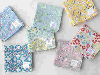 インド綿にブロックプリントを施したハンカチ、優しくかわいらしい柄に、使う度にときめきます。お母さんのイメージに合わせて柄をセレクトしてみてくださいね。