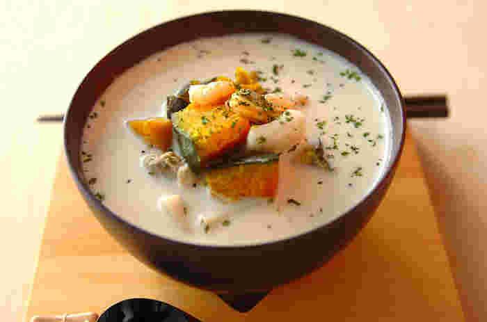 冷凍食品のシーフードミックスを使い、手軽に作る洋風スープかけご飯。冷蔵庫に食材がないときにもすぐに作れて便利です。牛乳やチーズのミルキーな味わいの中に、白みそを隠し味に使って優しいアクセントを加えています。
