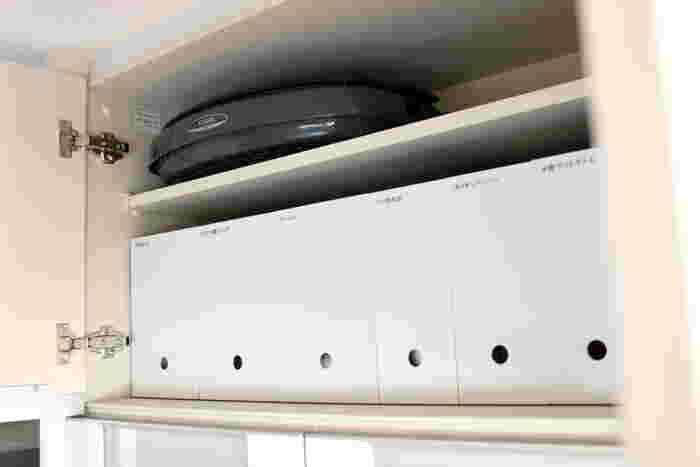 台所の吊り戸棚の収納に使うと、書類ボックスの下にあいた穴が取り出すときにちょうどよく、すっきりとした見た目もきれいですね。