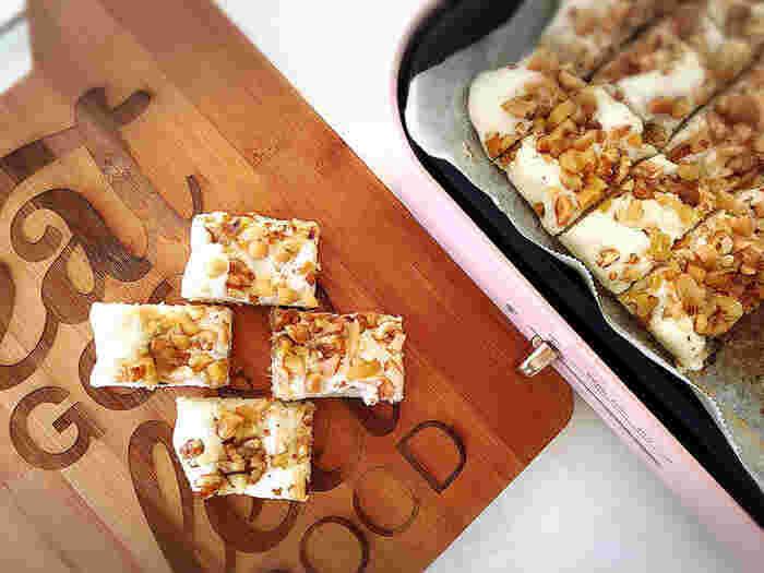こちらはダックワ―ズ風スイーツ。ふわふわ食感と香ばしいナッツがくせになりそう♪オーブン要らずなので、手軽に作ることができますね。