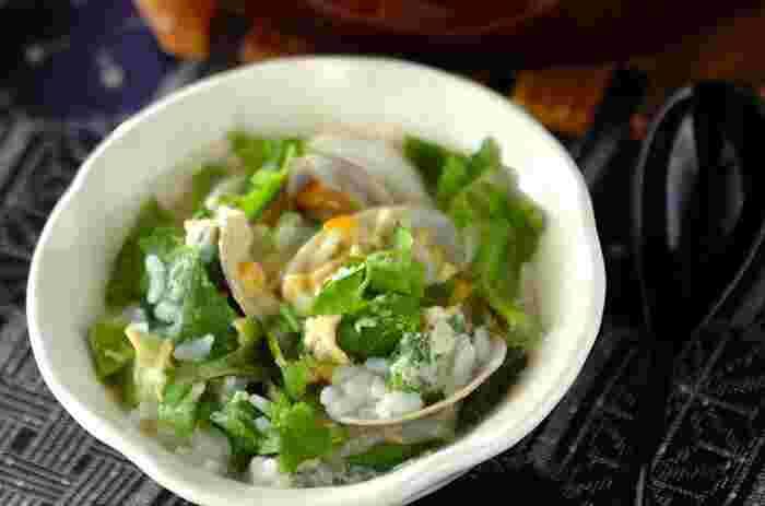 アサリの旨みがよく出た雑炊。カブは葉も一緒に使って栄養と彩りをアップ。パクチーとナンプラーを加えて、本格的なアジアン風に仕上げましょう。