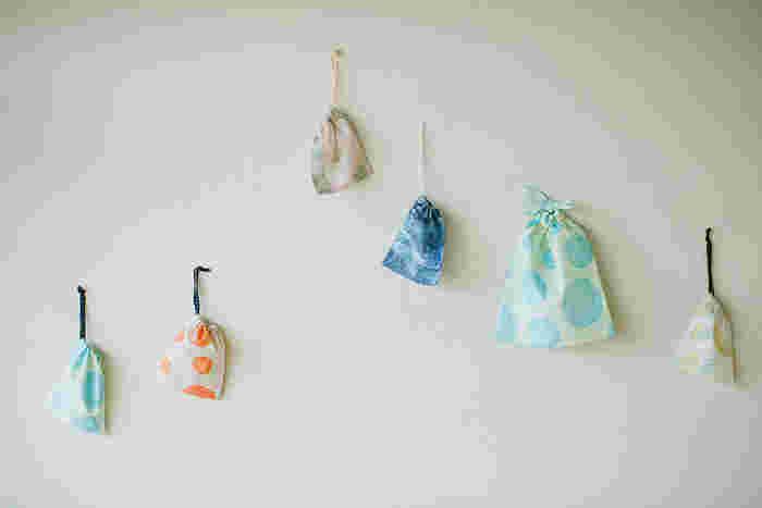 子供が小さいうちは、ちょっとしたお菓子やおもちゃなど、細々した荷物が多いもの。まとめて持ち歩くのには、小さな巾着があると便利です。余ったはぎれをつなぎ合わせて作るのもおすすめですよ。