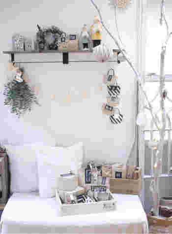 クラフト紙で作られた箱や手提げ袋を壁に貼ったり、木箱にまとめて入れたり、棚に置いたり。1つずつ開けていくワクワク感を楽しめます♪