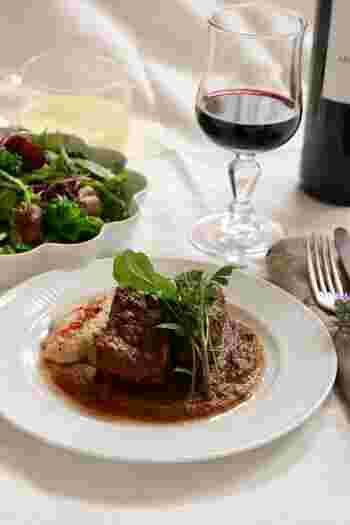 じっくり煮込んだ牛肉の赤ワイン煮込みの付け合せにフムスを。お肉のうまみが染みたソースが絡んでとてもおいしそう!