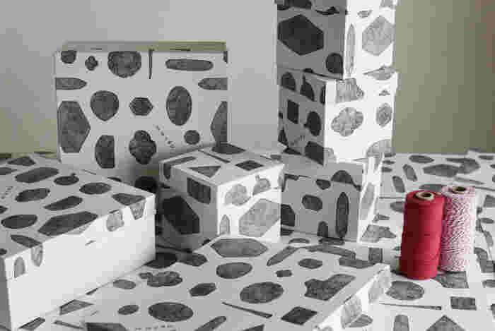 ■ギフトBOX(有料) 型染め作家の「アケモドロ」さんが鉛筆で描いたというオリジナルデザインのギフトBOX。