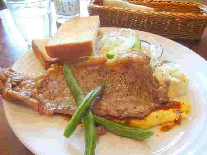 モーニングBは、なんとステーキ。オムレツ、トースト、サラダなどバランスも◎朝からお腹いっぱいになること間違い無しです。