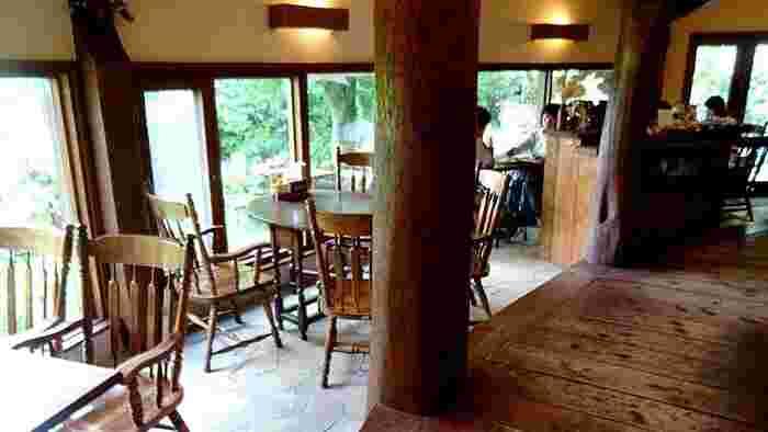 採光に凝らされた店内は、明るく開放感に溢れています。テーブル、椅子、店内の柱まで全て木目調で統一されたインテリアは、木のぬくもりたっぷりで落ち着いた居心地の良い空間となっています。