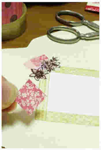 ゴールドのマスキングテープで宛名を書く場所を作り…周りにカットしたマスキングテープを貼り付けていきます。