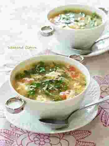 夏バテ気味かなと感じたら、胃腸に優しい野菜スープはいかが?トマトは強い抗酸化力をもつ栄養素「リコピン」がたっぷり!豆苗もビタミンやミネラルを豊富に含むので、お肌も喜ぶスープです。