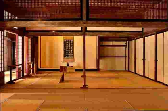 高山陣屋では、重厚感あふれる外観だけでなく、美しい内部も必見です。奥座敷は1830年に描かれた絵図を基に江戸時代の状態がそのまま復元されています。風情ある座敷を見学していると、座敷奥の襖が空いて、裃を着た代官が現れてくるような錯覚さえも感じます。