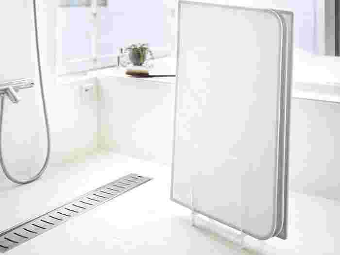 「乾きやすい風呂蓋スタンド」は、その名の通りスタンドに間隔があいているため、重なることなくすっきり収納可能。滑り止め付きの脚もあるので、水をしっかりと切ってくれます。組み合わせ式とシャッター式の蓋どちらもOK。カビが発生しやすい梅雨の時期に助かるアイテムですね。
