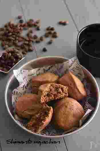 材料は、ホットケーキミックス・生クリーム・インスタントコーヒーだけ!ほろ苦い味わいを楽しめる、大人向けのホットビスケットです。 甘さ控えめのため、ホイップクリームを添えていただくのもおすすめ♪コーヒーの代わりに、ココアや紅茶を使うとアレンジの幅が広がります。
