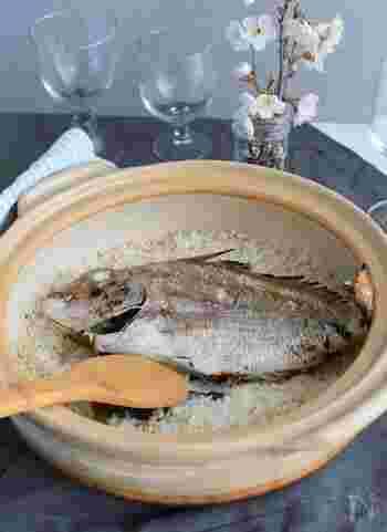 鯛をまるまる一匹使った鯛めしもお祝いごとにはぴったり!土鍋を使えば本格的な鯛めしが簡単に。もち麦を使ったレシピなら、歯ごたえもバッチリ!