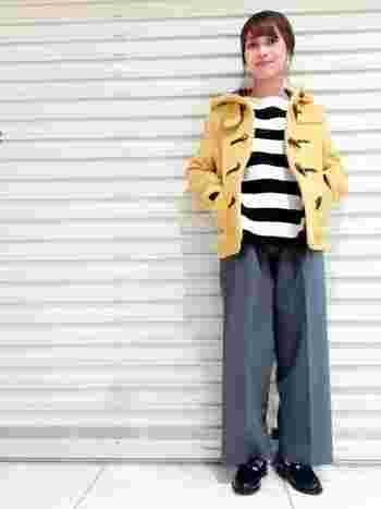 イエローカラーが目を惹くショートダッフルコートですね。落ち着いたグレーのワイドパンツは、色物アウターと相性が良いですよ。