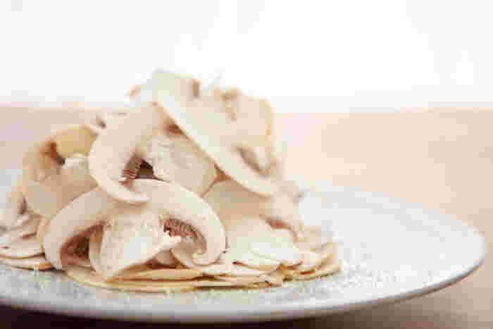 新鮮なマッシュルームは、薄くスライスして香り高いおいしさを楽しむことができます。あとは、オリーブオイルと塩をかけるだけ。簡単ですが、とても贅沢な一品です。