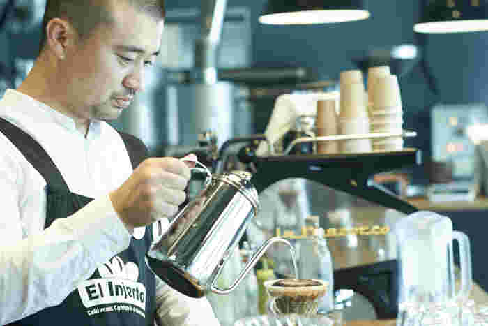 人懐こい笑顔とは一転、コーヒーと向き合っているときの佐々木さんの表情は、思わずこちらも息を止めて見てしまうくらい真剣そのものです
