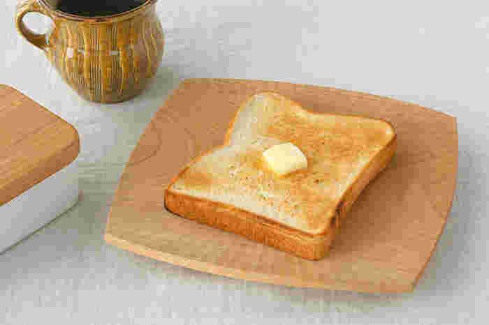 無塗装のサクラの木で作られたパン皿は、適度な厚みと大きさが食パンを乗せるのに丁度いいサイズです。パン皿の最大の特徴は、中央部がすり鉢状に凹んでいて、焼きたてのパンの湿気を吸ってくれること!木の調湿効果で、お皿に置いたパンがサクサクの焼きたての状態を維持してくれます。中央に向かった彫り跡も美しいお皿です。