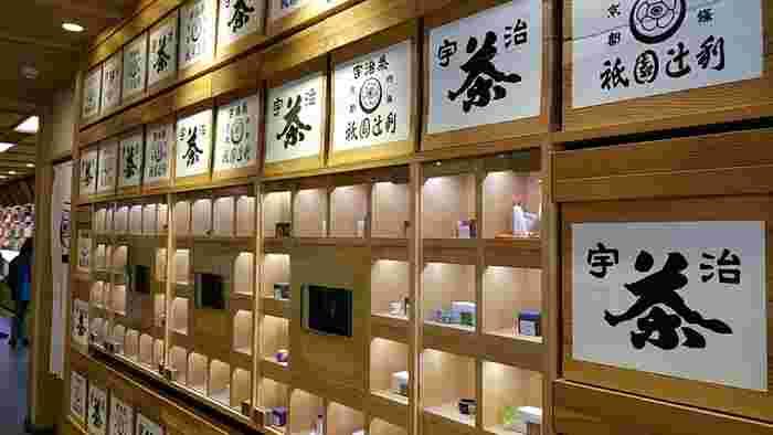 祇園本店には、様々な種類のお茶がずらり。1階では商品販売を行っていて、2階・3階が「茶寮都路里」になっています。「茶寮都路里」の店舗は、祇園本店の他、高台寺と京都伊勢丹にもあります。