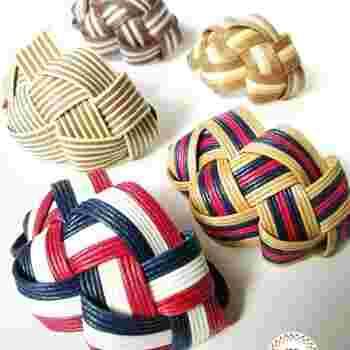 「うろこ編み」で作ったヘアゴムタイプの髪飾りです。結んだときに髪にフィットする自然な丸みが印象的。浴衣や着物スタイルにもぴったり。