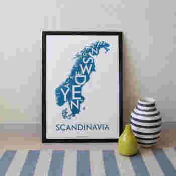 スカンジナビアの地図がそのままポスターになっています。北欧らしい深みのある色合いがとても美しいですね。おうちにいながら、いつでもスカンジナビアの風を感じることができそうです。