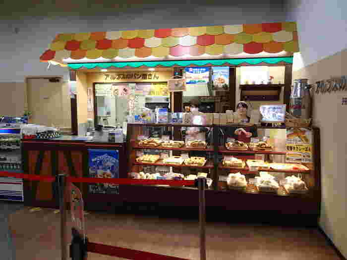 ロープウェイで二つ目に乗るロープウェイの降り口「しらかば平駅」のところにあるパン屋さん。こちらのパン屋さんの売れ筋は、クロワッサン。定番のプレーンのクロワッサン、チョコクロワッサン、あんこクロワッサンと三種類がラインナップ!小腹が空いた時に、是非、立ち寄ってみて下さいね♪