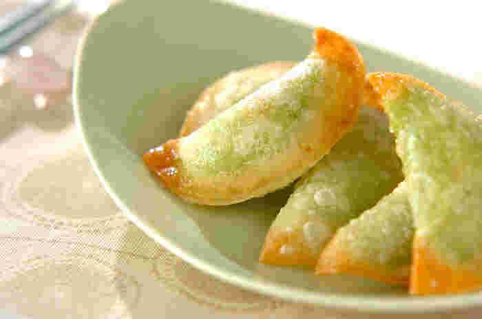 ワインとの相性ピッタリの「アボカドの揚げ餃子」。プロセスチーズを入れて、濃厚に仕上げています。美容にいいといわれるアボカドですが、お料理のアレンジが限られてしまいますね。餃子の具材として活用すれば、彩りの豊かな食卓ができあがりますよ♪