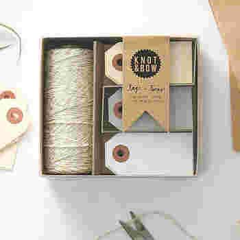 シンプルなタグと紐のセットをストックしておき、手書きやスタンプ、マスキングテープでオリジナルのタグを作るのも、ラベリングを楽しむ方法の一つです。