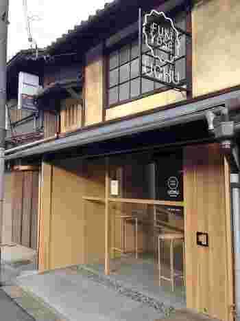 """""""人をわくわくさせたり幸せにする和菓子""""という素敵なコンセプトのあるこちらのお店は、京都にある「UCHU wagashi」。古民家を改装した「寺町店」と京都駅前の「京都タワーサンド店」があり、どちらも可愛らしくモダンなデザインの落雁などの和菓子を扱っています。"""