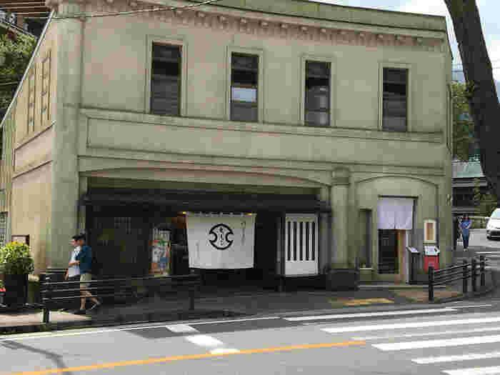 箱根を代表する銘菓のひとつ「湯もち」を作っている和菓子店「ちもと」が手がけたカフェが、箱根湯本駅から5分ほどの通り沿いにあります。レトロな外観の建物で、左側ののれんがかかっているほうが店舗、右側の小さな入口がカフェ「茶のちもと」です。