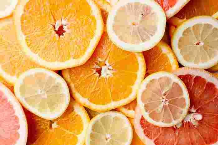 レモン、みかん、オレンジ、グループフルーツなどに含まれるソラレン。これらを食べてから日差しの出る時間に出かけると、紫外線を肌に多く吸収してしまうんです。出かける予定のない日や、夜に食べるといいかもしれませんね。