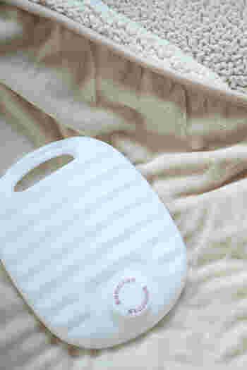 寝ている間に体が湯たんぽに触れていると、カイロと同じく低温やけどの危険がありますので、お布団の中が温まったら外に出しておくのがベスト。または、体に触れないスペースが十分にあれば、端っこへ移動させておく方法もあります。