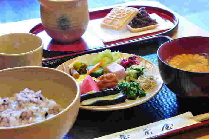 清水寺から徒歩6分のロケーション。色々なお漬物食べ放題のお茶漬けバイキングがあります。ごはんも、白米、十六穀米と選べてグッド♪