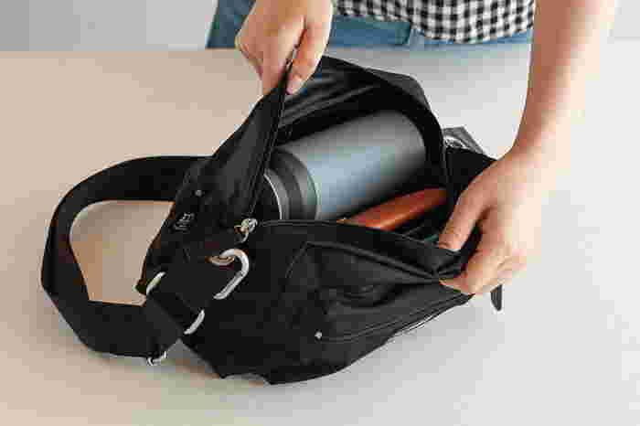 500mlの水筒もすっぽりと入る容量があります。前面と背面にファスナー付きのポケット、内側にも両サイドにポケットが付いていて、使いやすさへの配慮は満点です。ショルダー部分にはカラビナも付いています。
