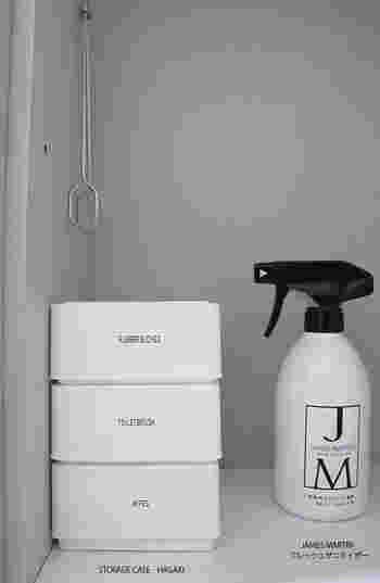 トイレ用洗剤をおしゃれなスプレーボトルに入れると、出しっぱなしにしておくこともできます。詰め替えの容器を全て白色で揃えるのが、清潔感を出す秘訣。